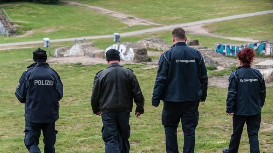 Seit Montag: Polizisten und Mitarbeiter des Ordnungsamtes auf Streife im Görlitzer Park.