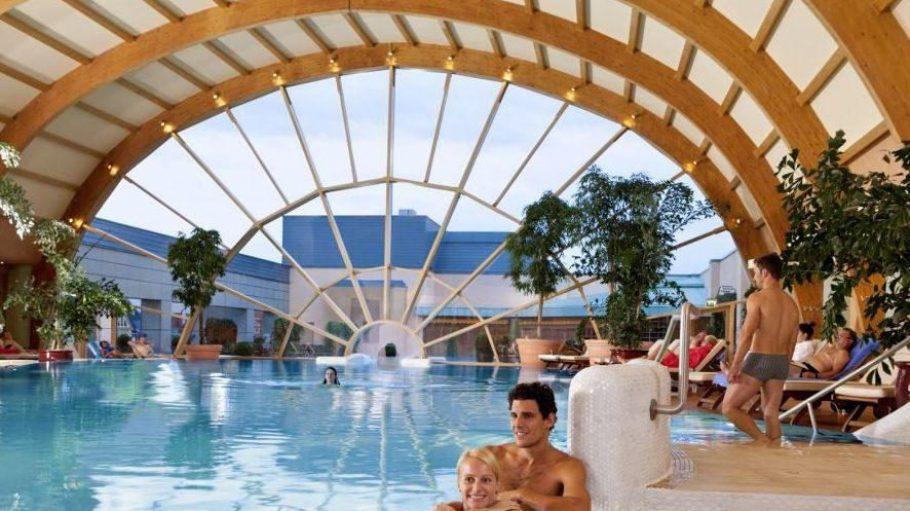 Der Pool unter der Kuppel.