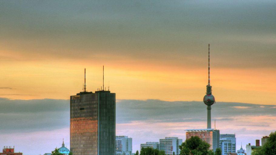 Der Postbankturm im Sonnenuntergang. Ein musterhaftes Beispiel für die Westberliner Architektur der 60er und 70er Jahre.