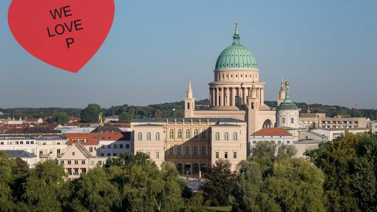 Zwei von Potsdams Attraktionen: das wiedererrichtete Palais Barberini und die Nikolaikirche dahinter.