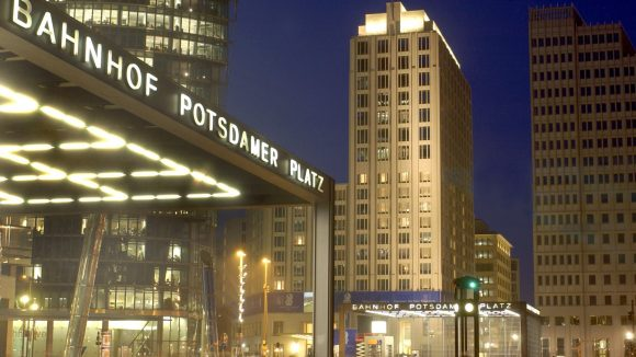 Rund um den Potsdamer Platz erwarten dich nicht nur Lichter und Beton. Ganz in der Nähe gibt es zum Beispiel leckeres Street Food.