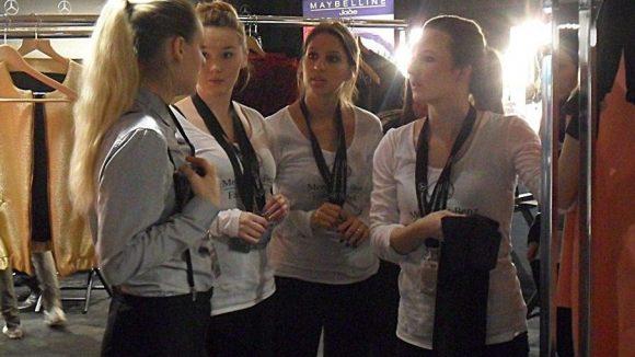 Franziska Michael (links) gibt kurz vor der Show letzte Anweisungen.