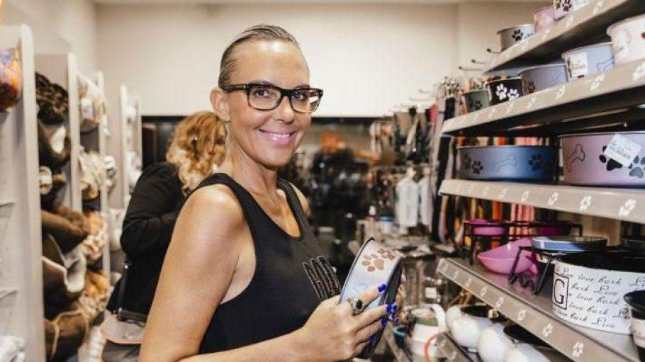 Erster Promi, der am neuen TK Maxx vorfuhr: Natascha Ochsenknecht. Sichtlich begeistert ist die 50-Jährige von der Tierabteilung. Einen neuen Napf für ihr Maltipoo-Hündchen Cupcake hat sie schon mal gefunden.