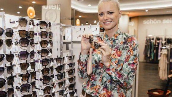Top-Modell Franziska Knuppe war derweil mit den Sonnenbrillen beschäftigt.