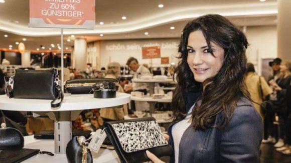 Taschen kann Frau immer gut gebrauchten. Schauspielerin Marielle Ahrens hat sich in eine Schönheit mit Tiermuster verguckt.