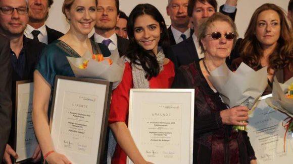 """Viele Preisträger im Überblick, darunter die Schauspielerin Pegah Ferydoni (Mitte), die den Publikumspreis für den Kinofilm """"Türkisch für Anfänger"""" entgegennahm."""