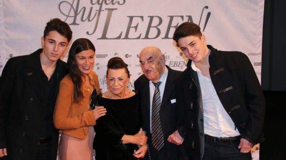 Sowie Produzent Artur Brauner mit Frau Maria (Mitte), einem Zwillings-Enkel-Paar und einer Freundin.