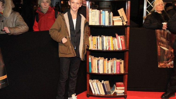 """Kinderdarsteller Nico Liersch (""""Kokowääh 2"""") mit Bücherregal."""