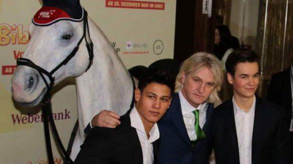 Buck mit dem männlichen Hauptdarsteller und Bibi-Schwarm Emilio Sakraya Moutaoukkil (links) sowie Louis Held (spielt Alex von Falkenstein). Ach ja, ein Pferd durfte auch nicht fehlen.