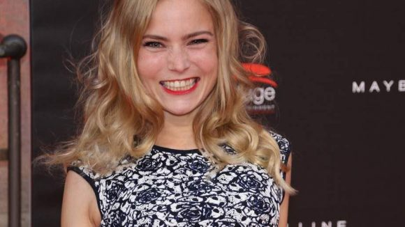 Sie kam zwar allein, kann dafür aber besonders lustig gucken: Schauspielerin Sonja Bertram.
