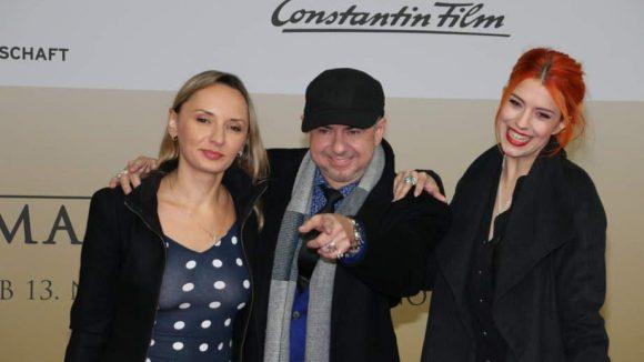 Helmut Zerlett ist für die Musik der Doku verantwortlich. Begleitet wurde er zur Premiere von Freundin Natalia Bahamolava und Tochter Jana (rechts).