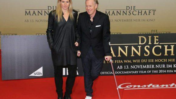 Sportexperte Johannes B. Kerner durfte - trotz Verletzung - natürlich ebenfalls nicht fehlen. Er kam mit Ehefrau Britta Becker.
