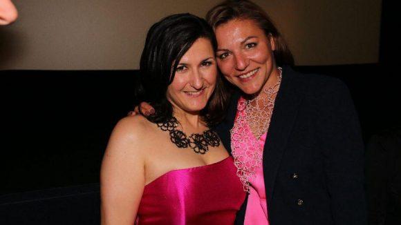 Siir Eloglu spielt im Film Mutter Emine und trug auf der Premierenparty Spitzen von Rita in Palma. Das Label wurde von Ann-Kathrin Carstensen mitbegründet, die hier mit Eloglu in die Kamera lächelt.