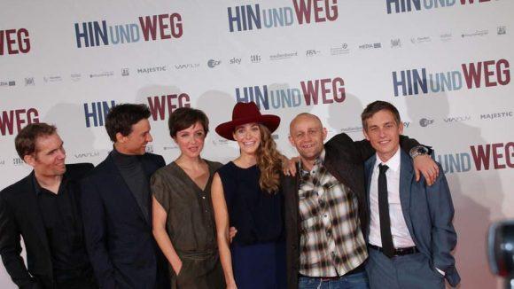 """... er (2. v.l.) wenig später mit dem gesamten Team die Premiere seines neuen Films """"Hin und weg"""" im Zoo Palast."""