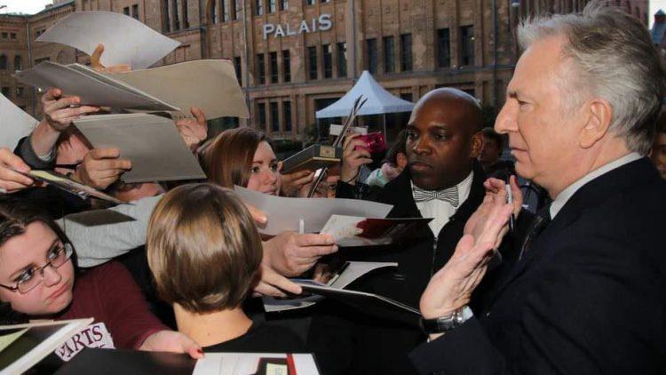 """Den britischen Schauspieler Alan Rickman kennt ein breites Kinopublikum durch seine Darstellung von """"Snake"""" in den Harry Potter-Filmen. Bei seinem Besuch in Berlin musste er dementsprechend viele Autogramme schreiben. Auch wenn er darauf nicht so viel Lust gehabt zu haben scheint ..."""
