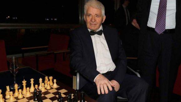 Er hat das heute legendäre Schach-Match zwischen Ost und West im Jahr 1972 live miterlebt: Schachlegende Boris Spassky wird im Film von Liev Schreiber verkörpert.
