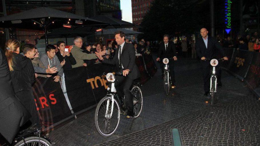 Modern uns sportlich: Hugh Jackman und Regisseur Denis Villeneuve kamen tatsächlich mit dem Rad zur Filmpremiere. Ob sie es wohl weit hatten?