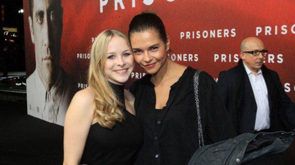 Ob da nicht auch Hugh Jackman einen Blick riskiert? Die Schauspielerinnen Jasmin Schwiers (l.) und Susan Hoecke vor der Premiere.