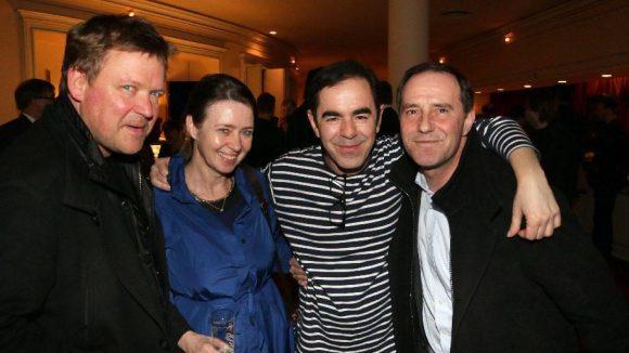 Schauspieler Justus von Dohnányi mit Ehefrau Maxi und Kollege Stefan Kurt (rechts) gratulieren dem Hauptdarsteller Oscar Ortega Sánchez (2.v.r.).