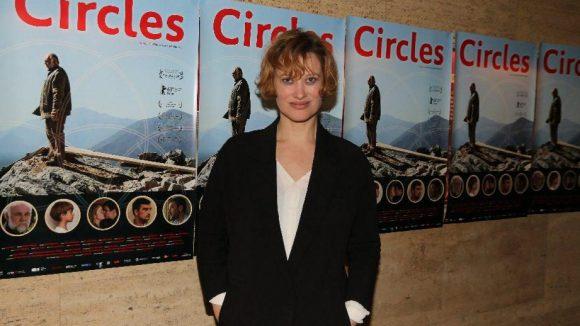 """Wir starten mit der Premiere von """"Circles"""" am Dienstagabend. Das Drama ist inspiriert von realen Ereignissen, die sich im Jahr 1993 in Trebinje, Bosnien-Herzegowina, ereigneten. Der serbische Soldat Srdan Aleksic verteidigte damals einen muslimischen Zivilisten vor seinen betrunkenen Kameraden und wurde dafür umgebracht. Zu den Premierengästen gehörten die kroatische Schauspielerin Lea Mornar ..."""