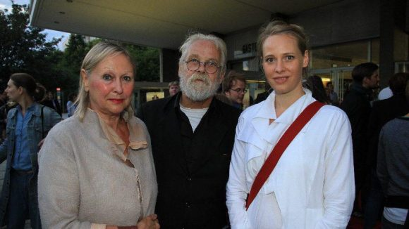 Das Architektenpaar Johanne und Gernot Nalbach zusammen mit Julia, der Frau des Schauspielers Wanja Mues (v.l.).