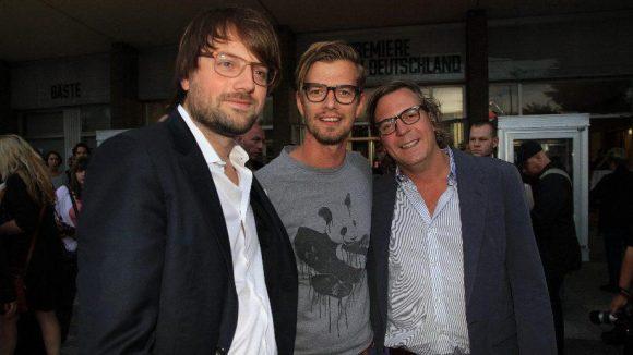 Die Produzenten Manuel und Alexander Bickenbach, mit dem Entertainer Joko in der Mitte.