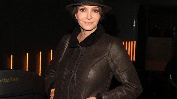 """Schauspielerin Anouschka Renzi (""""Forsthaus Falkenau"""", """"Gier"""") hätten wir in ihrem hoch geschlossenen Outfit fast nicht erkannt ..."""