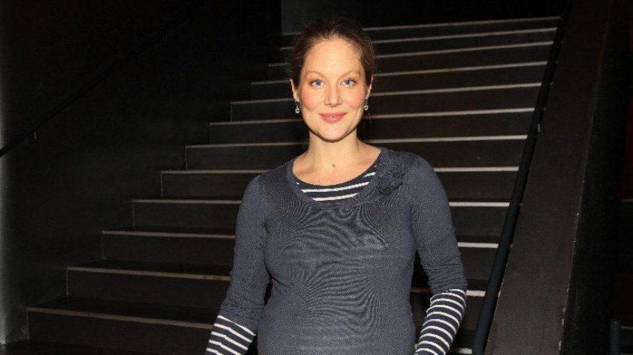 """Schauspielerin Tessa Mittelstaedt (""""Tatort"""", """"Der Fürst und das Mädchen"""") präsentierte stolz ihren Babybauch. Noch im Januar soll das Kind zur Welt kommen."""