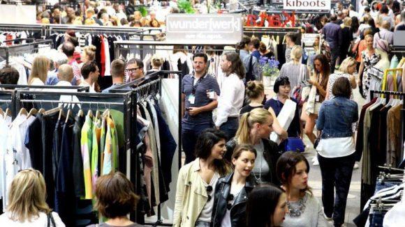 Vor dem Eingang zur Premium Show in der Alten Münze gab es eine lange Schlange, in der auch dieses Model mit einem Hightech-Kleid von Lisa Lang hängenblieb.