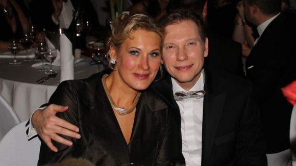 Gastgeber Andreas Dorfmann - neben ihm seine Frau - hat den Presseball nach einer Pause im letzten Winter wieder an den Start gebracht; nun im Best Western Premier Hotel Moa in Moabit.