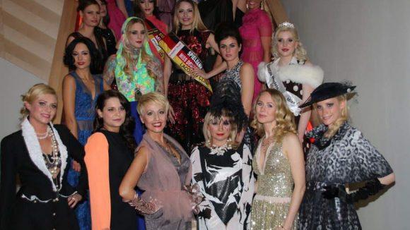 Und dann gab es noch ein großes Shooting auf der Treppe: Die Models tragen Mode von Marina Reimann (vordere Reihe, 3.v.r.).