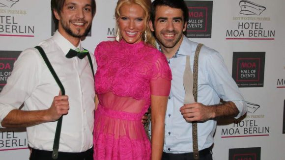 Mode wurde auf dem Presseball auch gezeigt. Hier die Models David, Heidi und Ismet (v.l.).