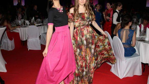 Designerin Ilona Matsour (r.) mit ihrem Model Annika Gassner.
