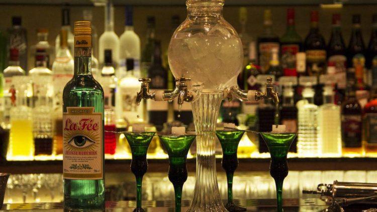 Darf es ein wenig Absinth sein? Die Prinzipal Bar in Kreuzberg serviert Drinks aus dem Medizinschränkchen ...