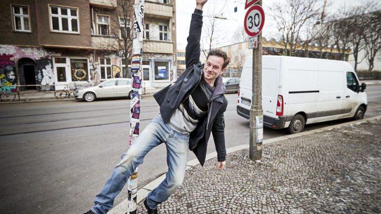 Privat ist der Schauspieler Florian Bartholomäi ein Spaßvogel, in der bekannten Fernsehreihe Tatort ist er allerdings als Bösewicht bekannt.