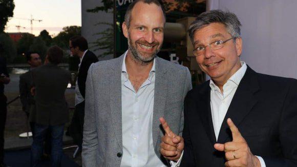 Bei dem schönen Wetter sind auch die Gastgeber guter Laune: Alexander Thies (l.), Vorsitzender des Gesamtvorstandes der Produzentenallianz, mit seinem Kollegen Clemens Schaeffer.