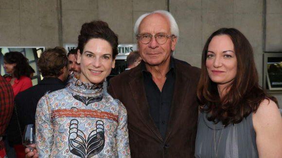 Beim Produzentenfest treffen sich die verschiedenen Berufsgruppen der Branche: Die Schauspielerinnen Bibiana Beglau (l.) und Natalia Wörner nehmen UFA-Chef Wolf Bauer in die Mitte.