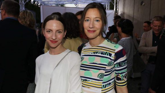 """Sommerliches Outfit gab es auch bei Katharina Schüttler (l.) und Johanna Wokalek (""""Die Päpstin"""") zu sehen."""
