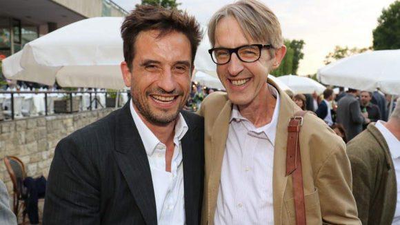"Oliver Mommsen (Tatort Bremen) lacht mit Andreas Schmidt (""Sommer vorm Balkon"")."