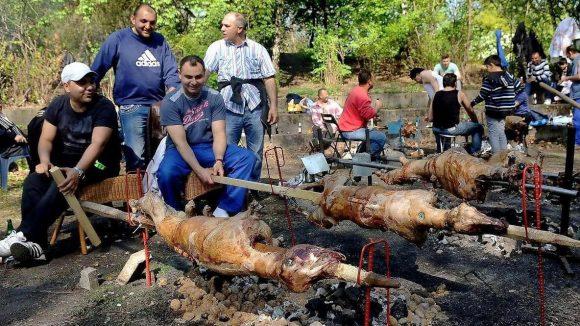 Profigriller grillen gleich das ganze Lamm.