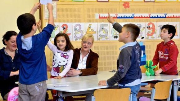 Deutsche Sprache spielerisch lernen: Schulleiterin Katrin Baumhöver (Mitte) mit Kindern aus dem Projekt MITsprache in der Vineta Grundschule im Brunnenviertel.