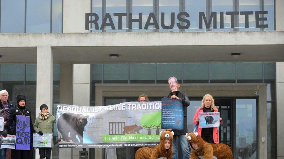 Proteste gegen die Bärenhaltung im Köllnischen Park vor dem Rathaus Mitte.