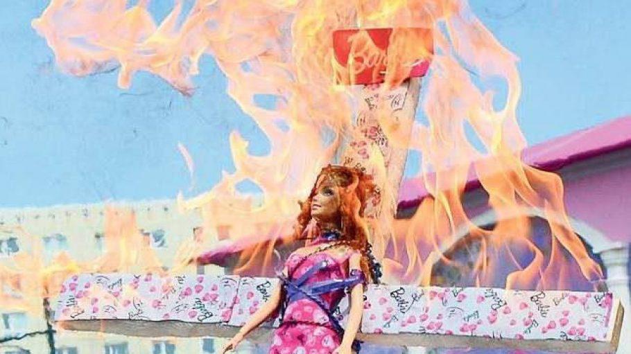 Gegner der vollbusigen Puppe nutzten die Eröffnung des Barbie-Hauses für flammenden Protest.