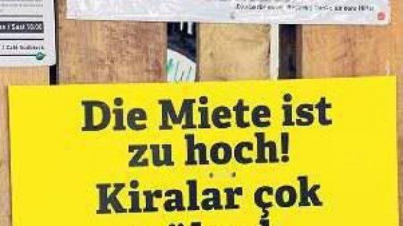 Wut kennt keine Sprachbarrieren: Ein Protestschild beklagt die Preispolitik auf dem Kreuzberger Wohnungsmarkt.