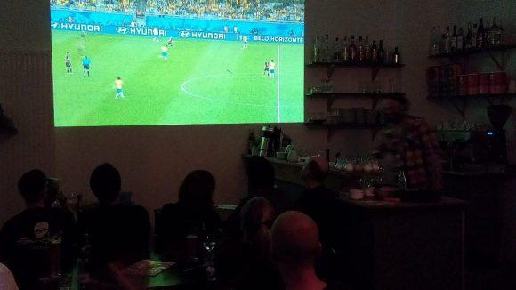 Staunende Menschen im Restaurant Helga in der Straßmannstraße.