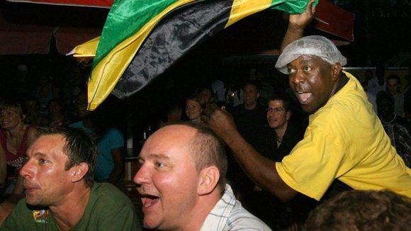 Auch 2014 wird es wieder Public Viewing im Yaam geben - allerdings in neuer Location und ohne Jamaika. Dessen Sprintstar Usain Bolt feuert der Fan mit der Flagge auf diesem Bild während der Leichtatlethik-WM an.
