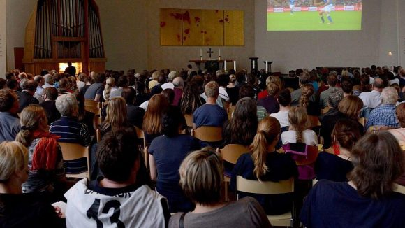Schon 2012 konnte man in der evangelischen Emmauskirche in Kreuzberg orgelbegleitet Fußball schauen.