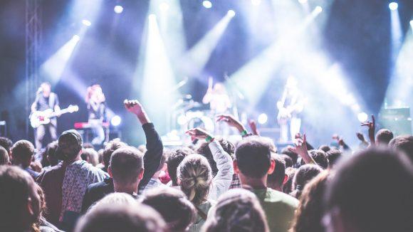 Du hast Lust auf gute Songs, tolle Künstler und willst live und hautnah dabei sein? Dann sicher dir Tickets für diese Konzerte 2017.
