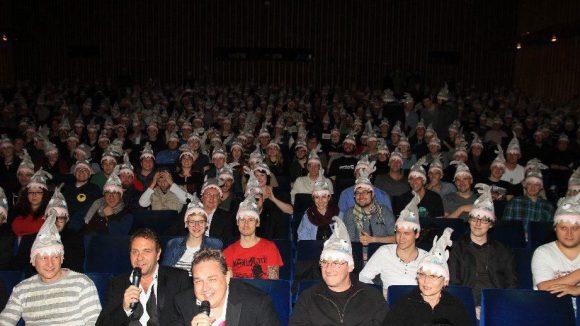 Klar, war wohl Pflicht - wie beim Blick aufs Publikum festzustellen ist.