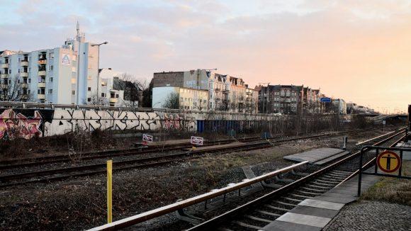 S-Bahnhof Friedenau: Ein Blick auf den Dürerkiez in der Nachmittagssonne.